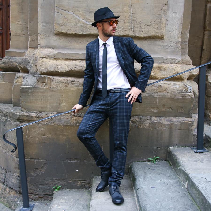 vestirsi elegante con giacca jeans e sneakers uomo